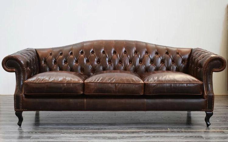 Stylizowana sofa chesterfield